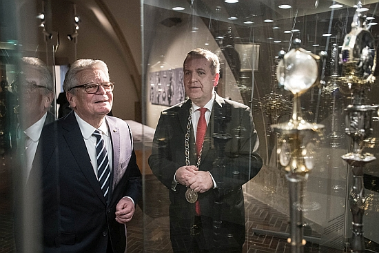 CU Rector Tomáš Zima and former president of Germany, Joachim Gauck, at an exhibition of university artefacts and symbols at the Carolinum on January 21, 2019. Photo: René Volfík.